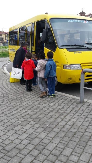 i bimbi grandi vanno in visita alla scuola primaria