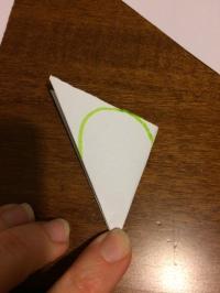 Piegare un quadrato per 3 volte e ritagliare come indicato nell'immagine